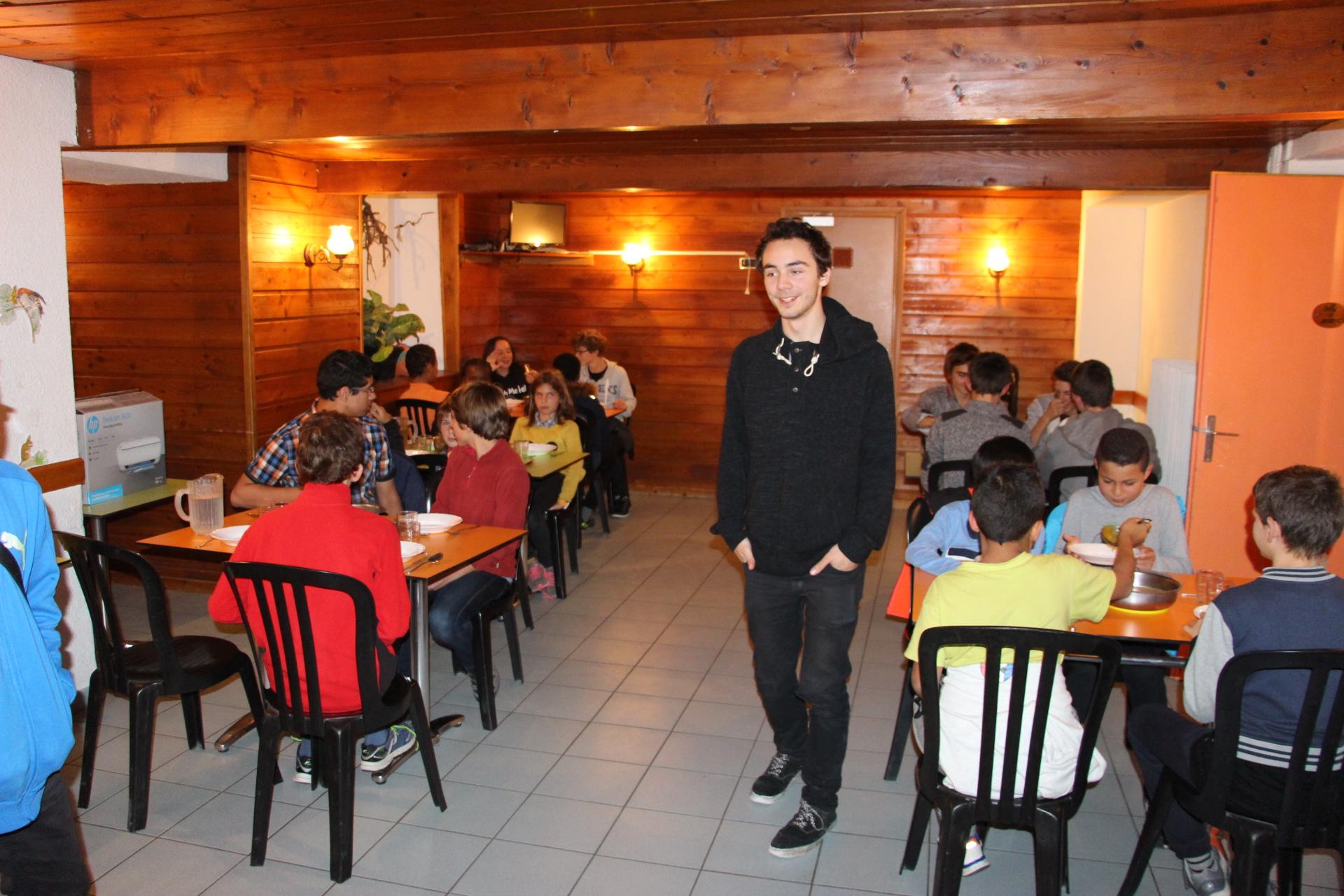 Tanguy et les jeunes au repas du soir